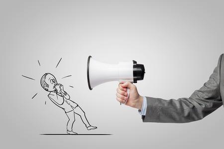 megafono: Jefe usando el megáfono gritando a su empleado