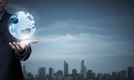 mundo manos: Primer plano de la mano de negocios que muestra el planeta tierra digitales Foto de archivo