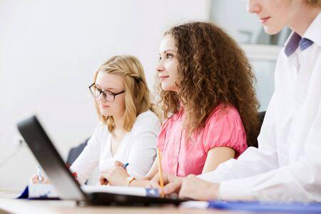 salon de clases: J�venes sentados en el aula en la conferencia Foto de archivo