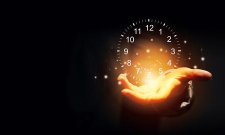 パームに時計のアイコンを持っているビジネスマン手のクローズ アップ 写真素材