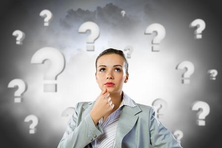 signo pregunta: Empresaria bonita joven con signo de interrogación sobre la cabeza Foto de archivo