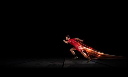 黒の背景に赤いスポーツウェアでは走っている人 写真素材 - 42388204