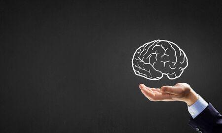 mente humana: Cerebro en la mano o guardar el concepto de inteligencia Foto de archivo