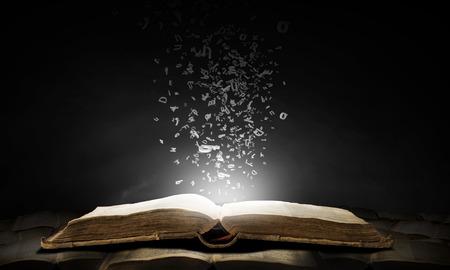 Oude geopend met karakters vliegen van pagina's boek Stockfoto
