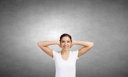 cansancio: Mujer bonita joven cerrando los oídos con las manos