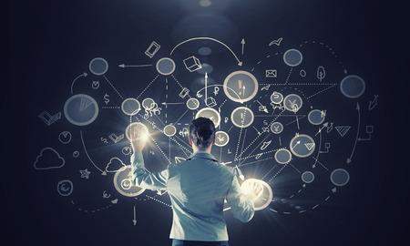 dotykový displej: Zadní pohled na podnikatelka pracovat s moderními technologiemi virtuálními