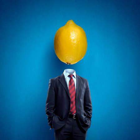lemon: Hombre de negocios sin cabeza con el lim�n en lugar de la cabeza