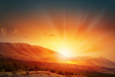 sol naciente: Paisaje natural y sol naciente en el horizonte Foto de archivo