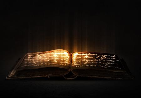 Antiguo libro mágico negro con luces en las páginas Foto de archivo - 42827286