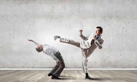pelea: Dos empresarios en la ira que luchan entre s� Foto de archivo
