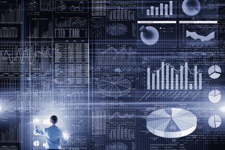 現代の仮想テクノロジに関わる実業家の背面図