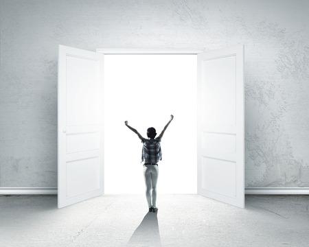 手入力を持つ女性の後姿がドアを開けた