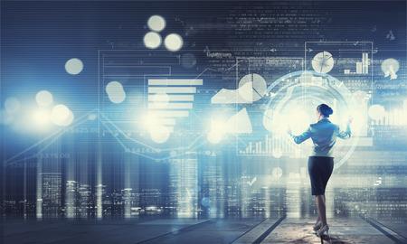 Terug oog van de zakenvrouw werken met moderne virtuele technologieën