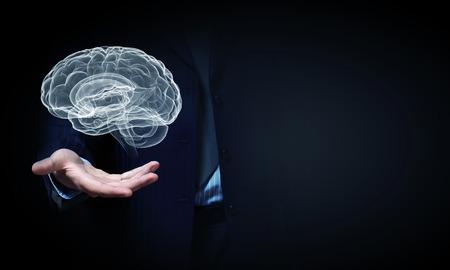 cerebro: Cierre del hombre de negocios mano que sostiene el cerebro en la palma