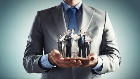 úspěšný: Zblízka obchodník drží v rukou úspěšné obchodní tým