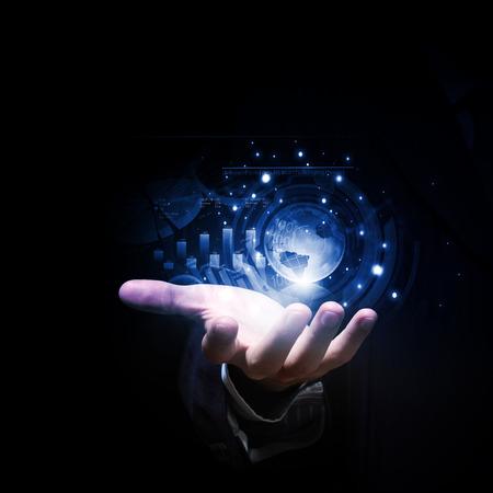 digitální: Zblízka podnikatel ruka ukazuje digitální planetu