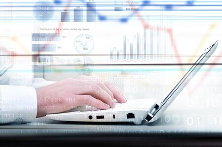 teclado de computadora: Manos del hombre de negocios que se ejecutan con los dedos en el teclado del ordenador portátil