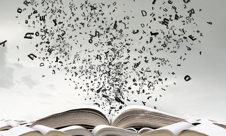 volar: Viejo abrió libro con personajes volando de páginas Foto de archivo