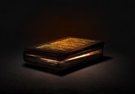 Oude zwarte magie met verlichting op de pagina's boek Stockfoto