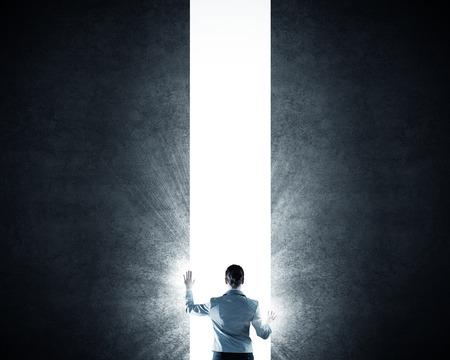 claves: Volver la vista de mujer de negocios de pie en la luz de la puerta