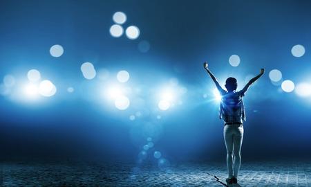 Powrót widok dziewczyny stojącej w światłach scenicznych