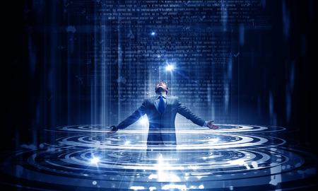 and future vision: Hombre de negocios con las manos apartadas de pie en la luz que viene de lo alto