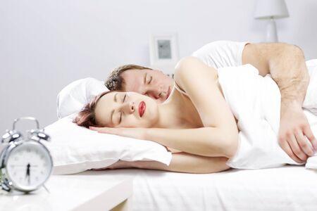 gente durmiendo: Joven pareja durmiendo plácidamente en la cama