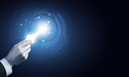 디지털 키 아이콘으로 인간의 손에의 닫습니다 스톡 콘텐츠