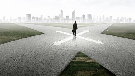 岐路に立っていると選択を行うビジネスマンの背面図