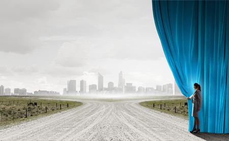 Geschäftsfrau, die Vorhang zu den neuen Straßen und zu den Gelegenheiten öffnet
