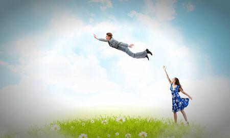 volar: Mujer joven feliz soñar a volar en el cielo