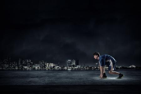 검정색 배경에 푸른 스포츠웨어를 입은 남자 실행