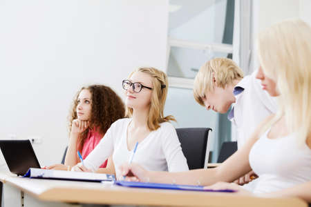 menschen sitzend: Young people sitting in classroom at lecture