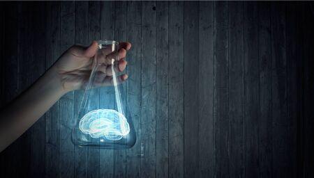 pensamiento creativo: La mano sostiene el frasco con las imágenes de fondo variado