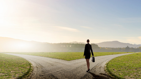 岐路に立っていると選択を行う実業家の背面図