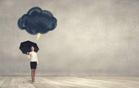 Pech und Krise Konzept mit jungen Geschäftsfrau mit schwarzen Regenschirm