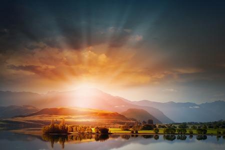 Natuurlijke landschap prachtige zonsopgang boven de berg top Stockfoto