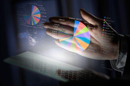 Gros plan des mains humaines en utilisant le panneau virtuel