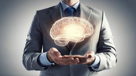 mente humana: Cierre de negocios la celebración de imagen digital del cerebro en la palma de la mano