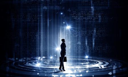 maleta: Volver la vista de mujer de negocios con la maleta en las manos mirando en el panel virtuales Foto de archivo