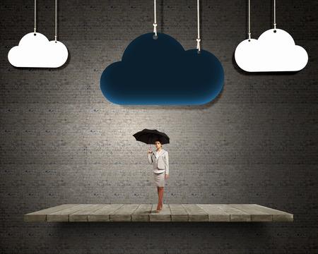 Pech und Krise Konzept mit jungen Geschäftsfrau mit schwarzen Regenschirm Standard-Bild