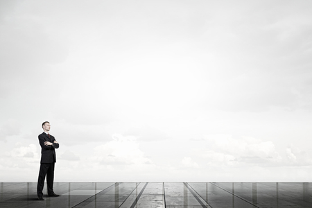 hombre de negocios: Hombre de negocios confidente con los brazos cruzados sobre el pecho