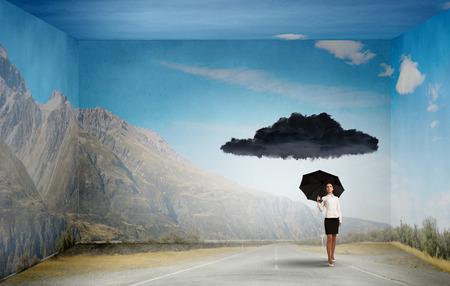 La mala suerte y el concepto de crisis con la empresaria joven con el paraguas negro Foto de archivo - 43857171