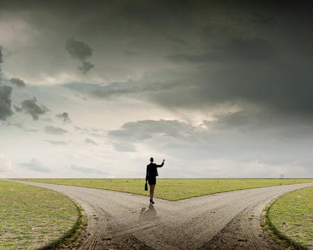 Achter mening van onderneemster die zich op kruispunten en het maken van de keuze
