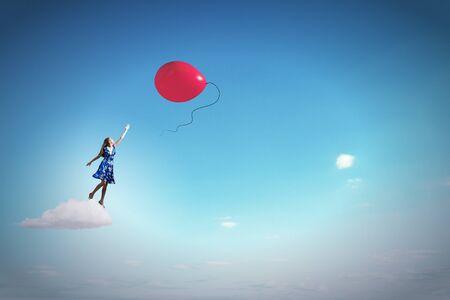 so�ando: Mujer joven feliz so�ar a volar en el cielo