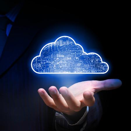 icono computadora: El hombre de negocios mano que sostiene el concepto de cloud computing en la palma Foto de archivo