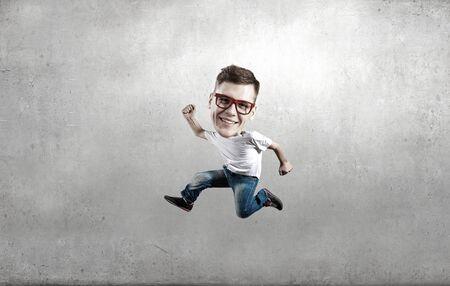 cabeza: Cuadro divertido de hombre corriendo con la cabeza grande sobre el fondo de cemento Foto de archivo