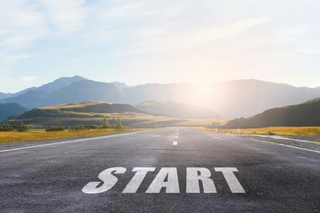 Conceptueel beeld met woord start op asfalt weg