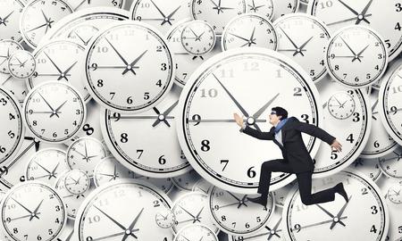 急いで実行している面白い実業家と時間の概念