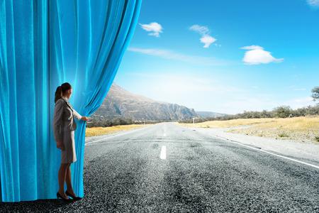 Geschäftsfrau Eröffnung Vorhang, um neue Wege und Chancen